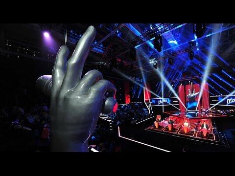 Почему в шоу Голос поют на английском языке