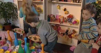 дети играют в праздник