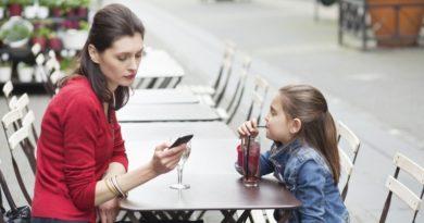 мама со смартфоном